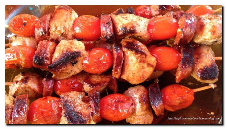 Pour env. 10 brochettes Ingrédients pour les brochettes: 2 filets mignons de porc 1 chorizo 200 g de tomates cerises Ingrédients pour la marinade: 4 cuillères à soupe d'huile d'olive 10 cl de jus d'ananas ou à défaut d'orange 6 pincée de paprika doux...