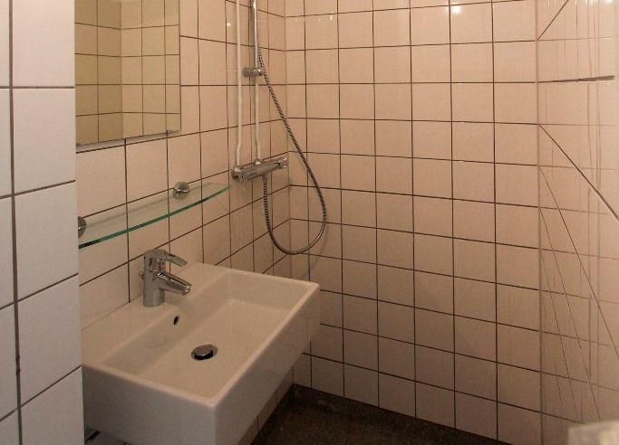 Idee jaren 30 badkamer zolder jongens granito vloer en witte tegels jongenskamer pinterest - Origineel toilet idee ...