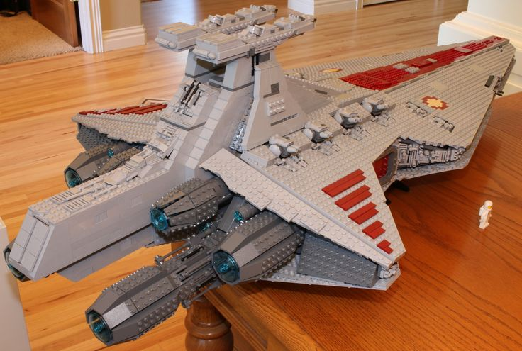 "https://flic.kr/p/wkk26K | Venator | Finally done!  Lego Star Wars Republic Cruiser (Venator) by  Anio/Polo.  5421 pcs.  Model is 140 studs long by 69 studs wide, which is roughly 44"" x 21.5"" total."