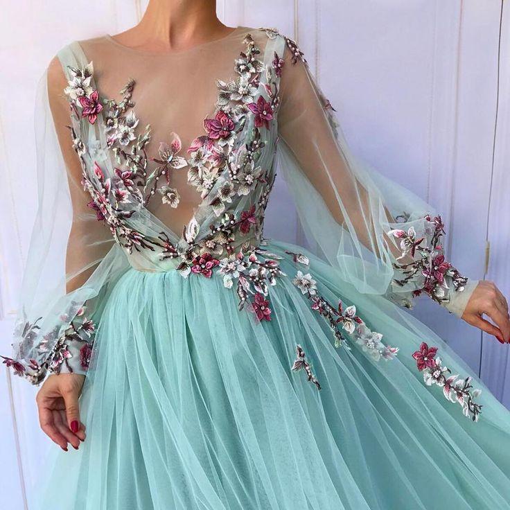 Ein wunderschönes Abendkleid mit dreidimensionalen Blumenverzierungen, ein besonderes Design für Grün und Grün