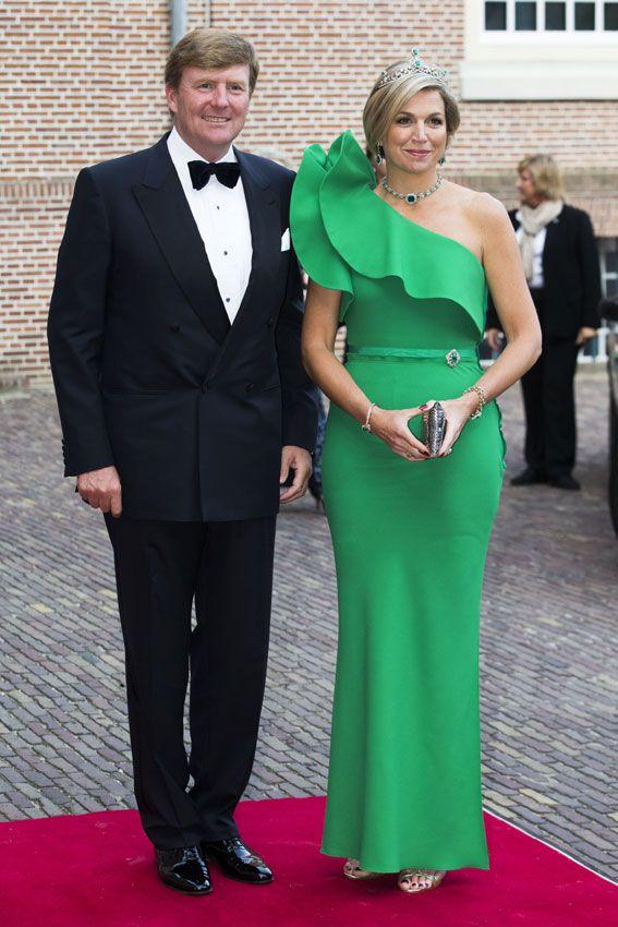 Reina Máxima de Holanda. 'Look': Máxima se atreve con todo. Prueba de ello es este llamativo vestido de la firma Lanvin, en color verde esmeralda, decorado con volantes en el hombro y entallado a la figura con un cinturón muy fino al tono. Combinó su 'outfit' con una llamativa tiara de diamantes y esmeraldas, y pendientes, gargantilla y broche a juego. Nada mejor para completar el 'look' que unas sandalias con 'glitter', de Miu Miu.