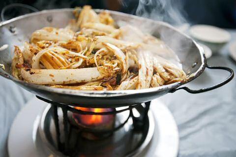 Snel, makkelijk en lekker recept om Chinese kool klaar te maken in de wok of in een grote pan.
