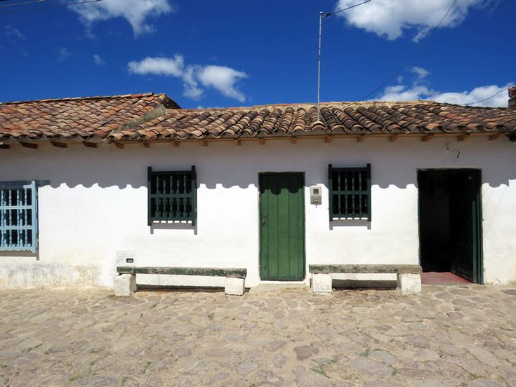17. Algunas otras casas son de ventanas pequeñas con bancas de madera que invitan a sentarse