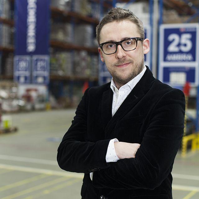 Dr Rafał Tarasewicz dyrektorem doskonałości operacyjnej   Dr Rafał Tarasewicz, do niedawna dyrektor operacji i efektywności biznesu  w logistyce kontraktowej  DB Schenker w Polsce i regionie NEE, został dyrektorem doskonałości operacyjnej w logistyce kontraktowej na całą Europę.  w logistyce kontraktowej na Europę  DB Schenker