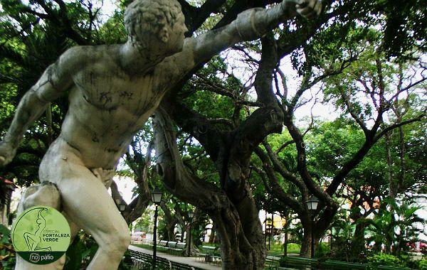 No Passeio Público de Fortaleza, os mitos e as árvores dão ao lugar um clima bucólico e de tranquilidade