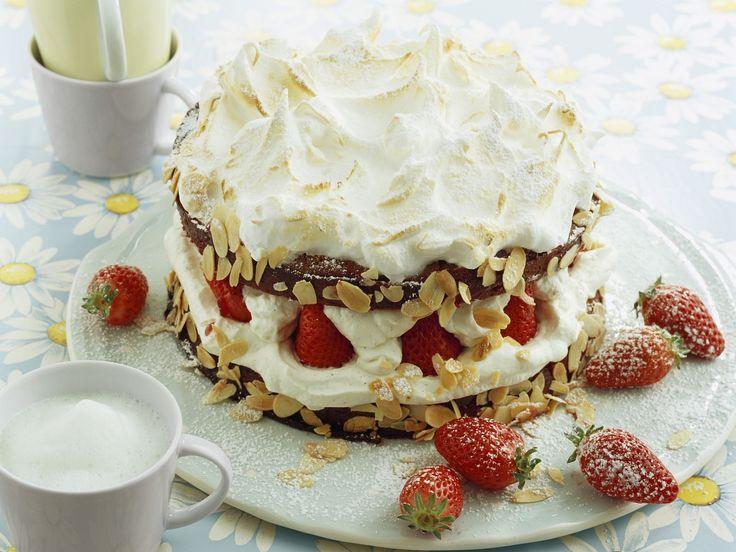 Wolkentorte mit Erdbeeren | Zeit: 45 Min. | http://eatsmarter.de/rezepte/wolkentorte-mit-erdbeeren