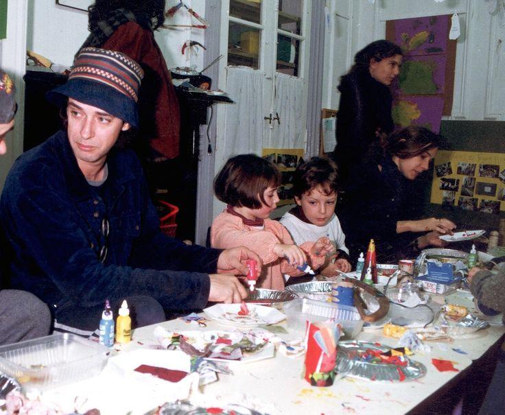 Gustavo Cerati, Lisa, Benito y Cecilia Amenabar realizando manualidades en el colegio.