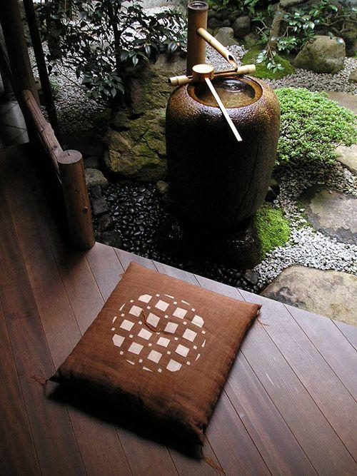 Japanese cushion for sitting, Zabuton 座布団 Beautiful photo ~ I also love the courtyard.