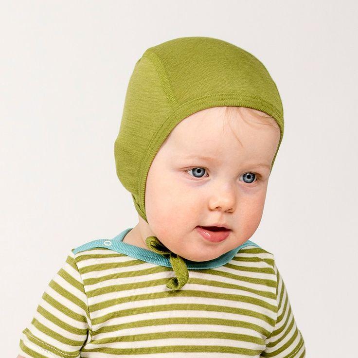 Mjuk babymössa i hjälm-modell med platta sömmar och knytning under halsen. Spädbarn mister mycket värme genom huvudet och ull reglerar temperaturen bättre än andra material.