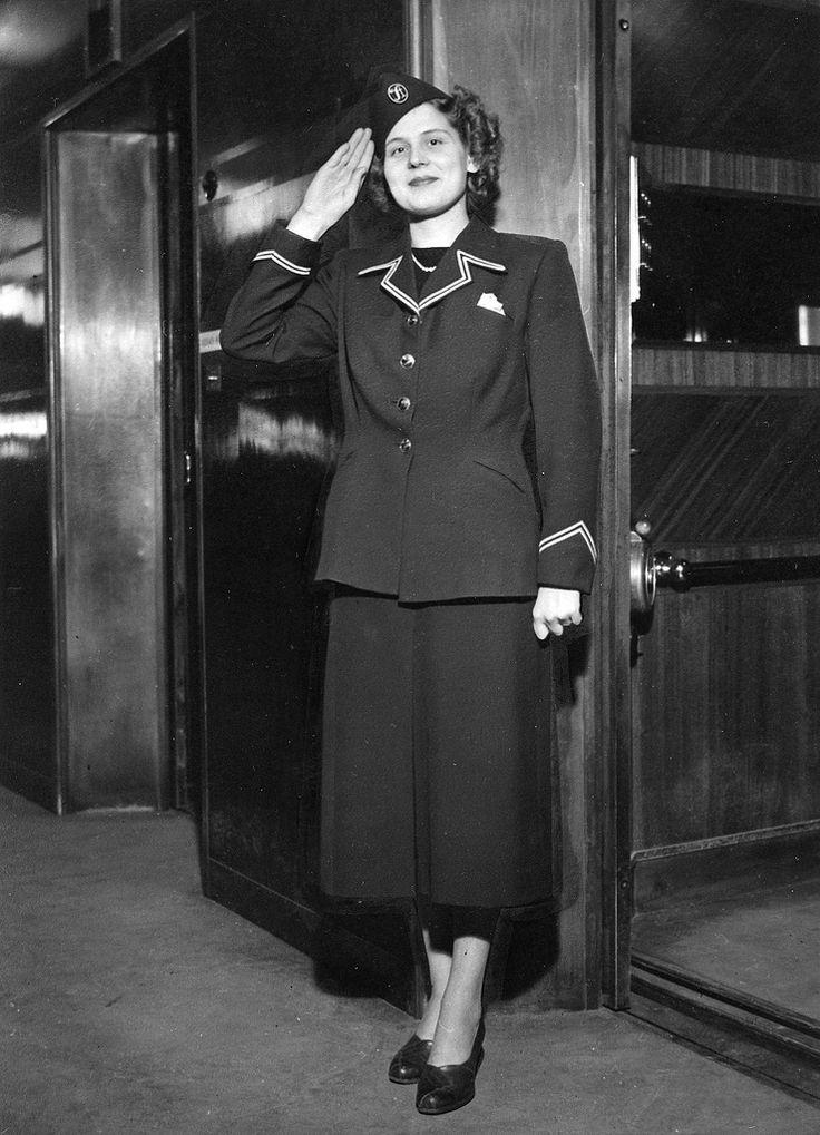 https://flic.kr/p/bjfd4c | Hissityttö | Stockmannin hissityttö vuonna 1949.  Stockmanns hissflicka år 1949.  Stockmann's elevator girl in 1949.  Photo: Stockmann-museo / Stockmannmuseet / Stockmann Museum
