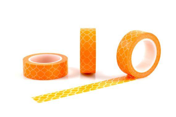 CEST UN BÂTON VERS LE HAUT...   LE NITTY GRITTY Matériel : Bande de papier adhésif Dimensions: Env. 1,5 cm longueur de rouleau de largeur x 10m Description : Mandarine Orange motif marocain Couleurs : Orange Mandarine avec un fond blanc   QUELQUES IDÉES Parfait à utiliser pour lemballage, décoration de meubles, murs, papeterie, bijoux et toiles ; étiquetage boîtes ou dépôt ; même embellissement festivités telles comme verres, couverts et assiettes.  VOUS VOULEZ TOUJOURS PLUS ? Prendre dun…