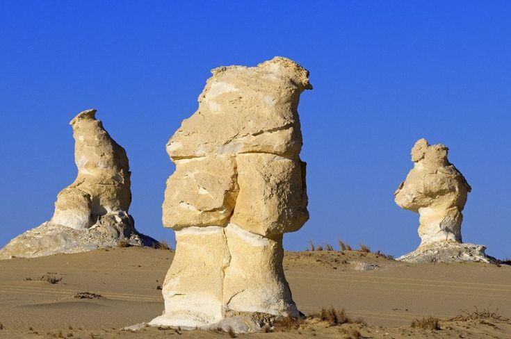 Deserto di Farafra, Egitto . Farafra è la più piccola oasi del deserto occidentale in Egitto. La maggior parte degli abitanti sono beduini. Vicino a Farafra si trovano le sorgenti calde di Bir Setta e il lago di El Mufid. La principale attrazione è il cosiddetto Deserto bianco (Sahara el Beyda) che si trova a 45 chilometri a Nord di Farafra. Il colore bianco crema è legato a formazioni rocciose di gesso che sono state create a seguito di tempeste di sabbia