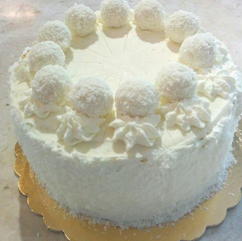 Ολόλευκη χιονισμένη τούρτα Raffaello
