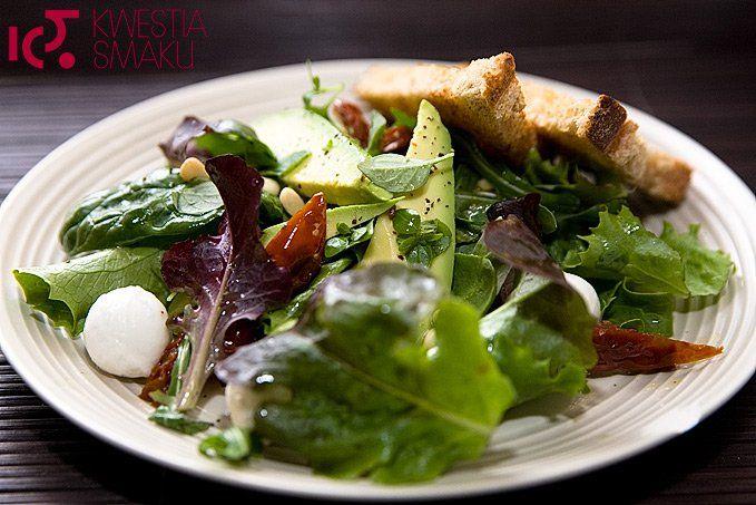 Sałatka z awokado, suszonymi pomidorami i mozzarellą | Kwestia Smaku