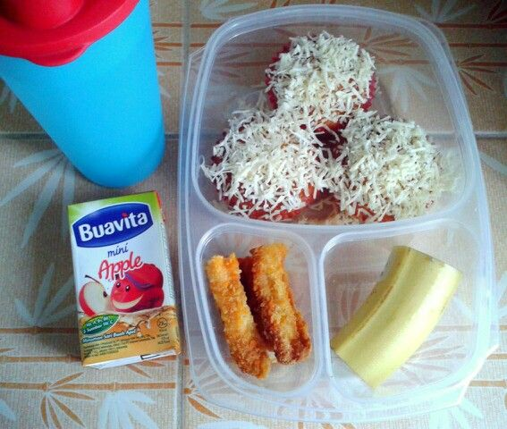 Attar's lunch box (03SEP15) : vanilla cupcakes topped with cheddar cheese, chicken nuggets, banana, apple juice and mineral water.  So Happy It's Thursday! Xxx