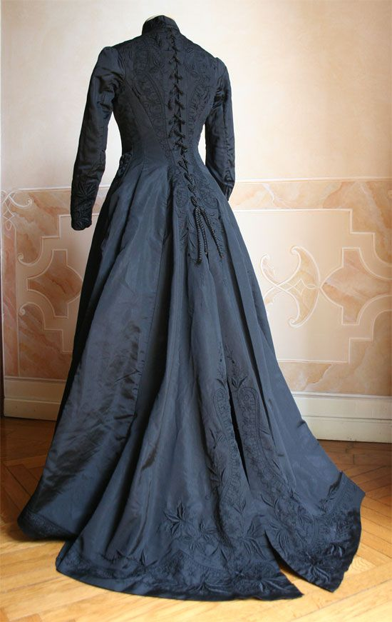 Circa 1877 Mourning dress in two pieces (back), black silk faille embroidered in black with decorative lacing, via gdfalksen.com.