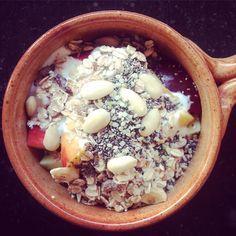 ONTBIJT DAG 10 -- een potje boordevol fruit & good stuff!! Everybody ready to roll this Wednesday? #15daysnaturnelle #sharingbreakfast #breakfast #eatclean #greatstart #perzik #appel #pruim #banaan #muesli #amandelen #amandelmelk #hennepzaad #chiaseeds #eatclean #energybreakfast