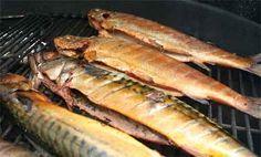 Das Räuchern ist ein Verfahren zur Konservierung von Lebensmitteln, vorwiegend von Fisch und Fleisch. Dabei werden die zuvor eingesalzenen oder gepökelten Lebensmittel über einen längeren Zeitraum dem Rauch von Holzfeuern ausgesetzt. Durch die damit einhergehende Trocknung sinkt deren Wassergehalt um etwa 10 bis 40 Prozent. Neben der Erhöhung der Haltbarkeit hat das Räuchern den Zweck,...