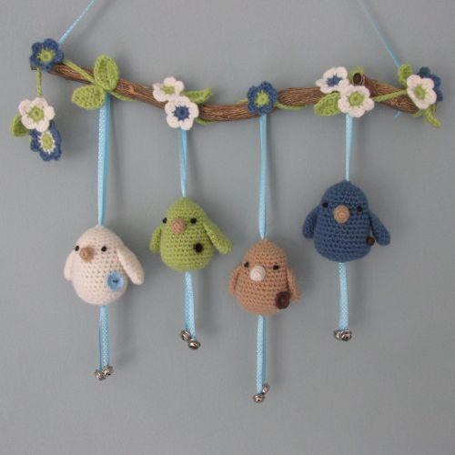 Een mobiel met gehaakte vogeltjes aan een tak. Leuk als een kraamcadeautje. Het gratis patroon komt van: http://haakydee.blogspot.com/2013/08/tak-met-gehaakte-vogeltjes-en.html #haken #crochet #birds #vogeltjes #tak #branch