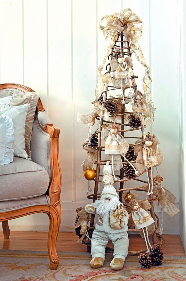 Adorables angelitos para decorar el árbol de Navidad o algún rincón de la casa, realmente son muy sencillos de confeccionar y los materiales los encuentras en cualquier tienda de telas, podrás hacer variaciones con retazos de materiales que tengas en casa, pues la arpillera, los restos de tela, yute y el trapillo son perfectos para …