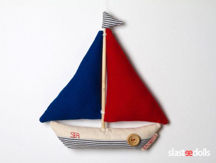 Plachetnice textilní Představujeme Vám originální sérii hraček pro chlapce od Slastidolls. Při výrobě plachetnice jsou použity přírodní materiály - len, plsť 100% vlna, dřevo (stožár, knoflík). Kombinace modrá, červená, bílá, ruční vyšívání, šité ručně (bez šicího stroje). Vyplněna dutým vláknem. Milá hračka nebo dekorace do pokojíčku. Výška 25 ...