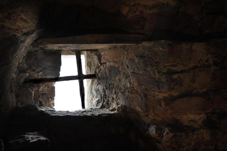 Suomen linnat, osa 3: Keskiaikaisia sisätiloja tuhoutui ja vanhaa esineistöä…