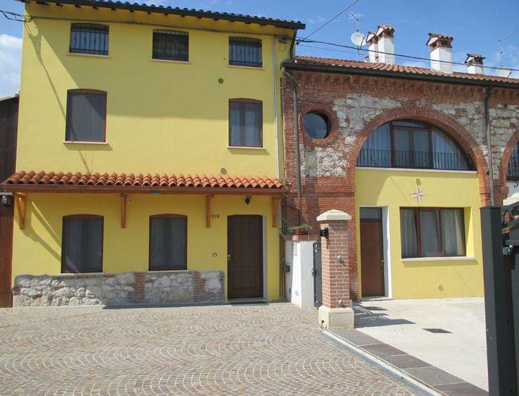 AGRITURISMO ALLA CORTE ha quattro alloggi che possono ospitare una famiglia. Tutti i nostri alloggi sono estremamente confortevoli, alcuni con soffitto in legno e pareti in mattone e pietra a vista.