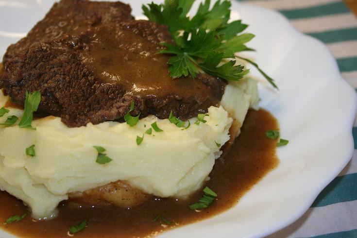 Plátky masa nařízneme po okrajích a obalíme v mletém černém pepři. V kastrole rozehřejeme máslo a plátky masa zprudka osmahneme dohněda. Vyjmeme...