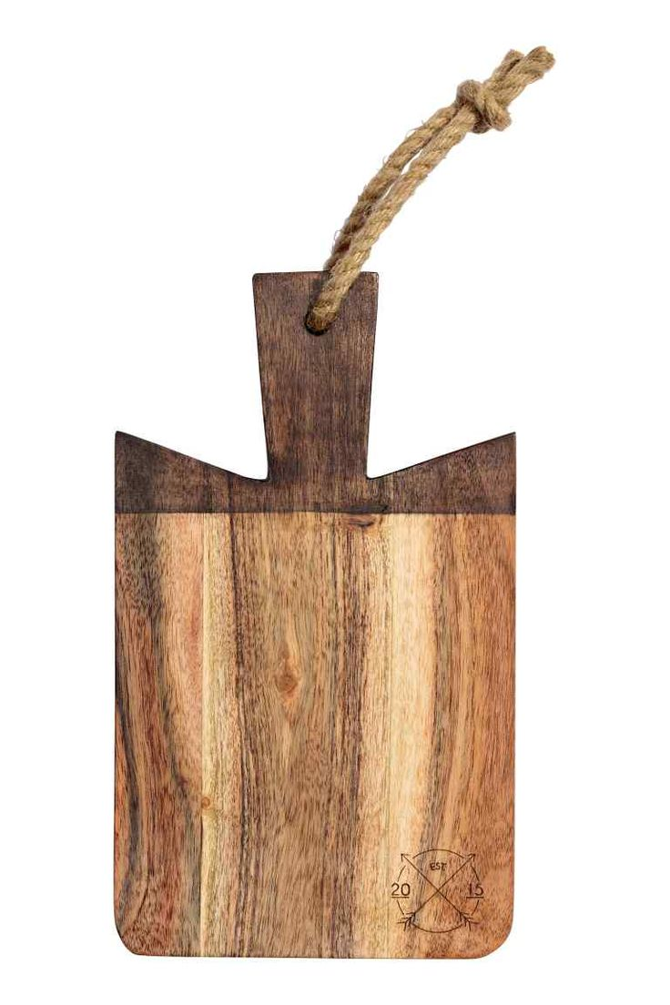 Small chopping board: Small wooden chopping board with a burnt motif in one corner, and a handle and string for practical hanging. The appearance of each board may vary. Size 15x26 cm (including handle).