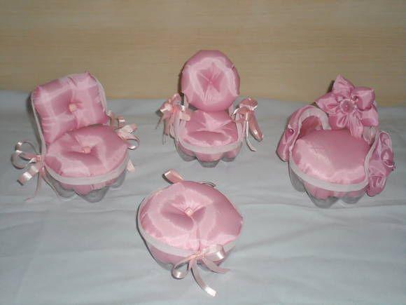 Lindo conjunto de poltrona (ou agulheiro) feito em garrafa pet -> !! Ideal para presente (poltrona para a boneca barbie), lembrancinhas ,presente, decoração e etc.    As poltronas são feitas em tecido (algodão)    **Tamanho:garrafas de: 2 e 2,5 litros  ____________________***___________________________________    Preço do Conjunto (c/ 3 poltronas e 1 mesinha)    Obs: Vendemos individual , consulte-nos!    _______________________***__________________________________  Prazo de Entrega: 15 á 30…