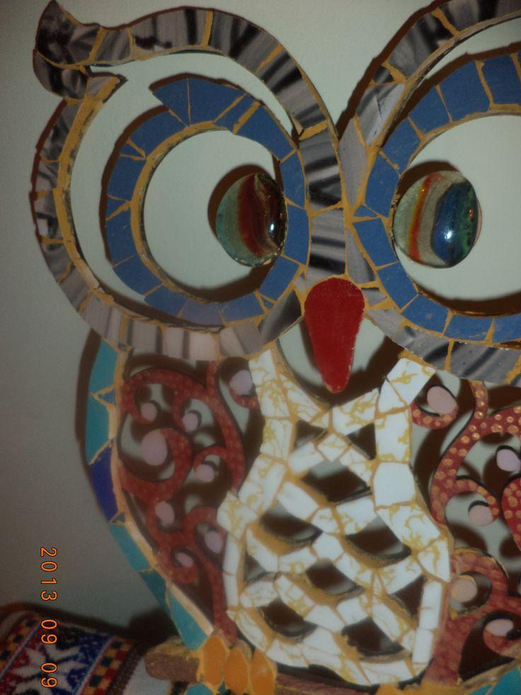 Silueta de búho realizado con cerámicos, pintura acrílica y gemas de vidrio