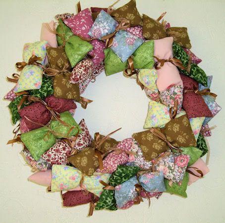 zakjes naaien van lapjes stof vullen met fiberfill (misschien een beetje lavendel, ruikt ie ook nog lekker) en dan op een krans bevestigen