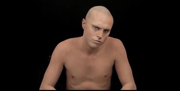 ;)  El hombre tatuado, cubierto por maquillaje