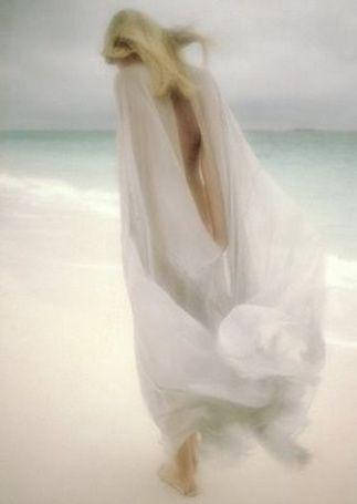 Фото Девушка в белом одеянии на берегу моря, фотограф David Hamilton / Дэвид Гамильтон