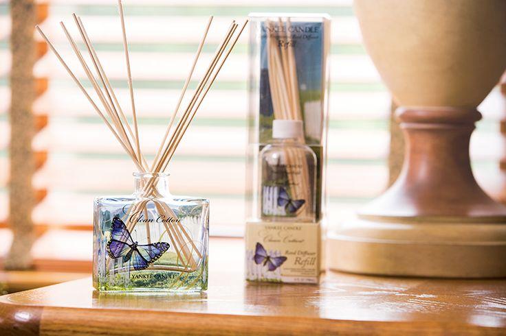 """Signature Reeds - En snygg glasvas förhöjer inredningen och sprider kontinuerlig väldoft i rum och utrymmen där du vill omge dig med din favoritdoft.   """"Väldoft utan låga"""", dekor-vänlig och även en perfekt present.  Teknisk information om Reeds: Naturliga doftstickor · 88,7 ml doftolja i glasflaska · Långvarig koncentrerad doft i upp till 8 veckor · Utan låga · Ingen alkohol #YankeeCandle #Reeds #SignatureReeds"""