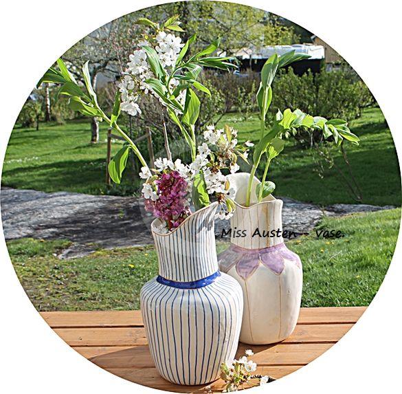 Miss Austen vase - naturhvit m/blå og gull dekor/striper.