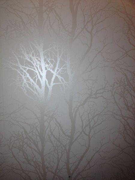Söker desperat efter en vit tapet med silver/grå träd på.
