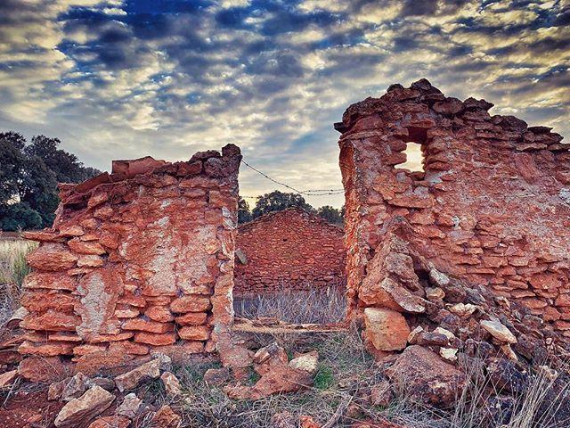 Durante Muchos Muchos Años El Aljibe Del Ciego Recogió Las Aguas Que El Cielo Derramó Sobre Las Cañadas De Las Lagunas De Ru Natural Landmarks Nature Landmarks
