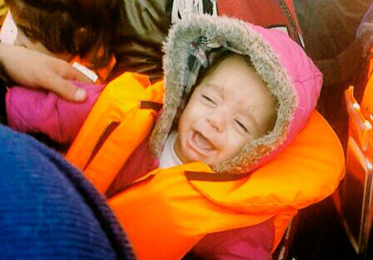 """""""Un hombre sirio llegó a la barca con un bebé en brazos. Se acercó a una mujer que ya estaba sentada con el chaleco salvavidas puesto. Ella era siria también. Intercambiaron unas p"""