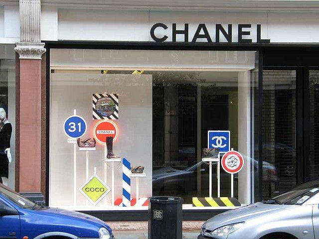 figyelemfelkeltő kirakat a Chaneltől. Álj!