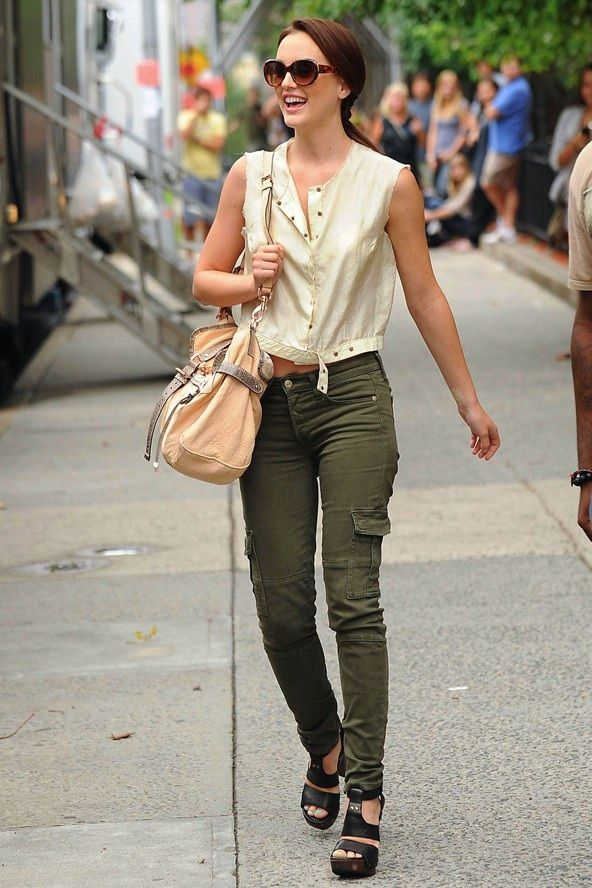 Pantalon verde oliva y camisa blanca sin mangas. Con gafas negras