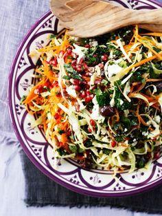 En hurtig salat til mandag aften. Er gået på jagt i grøntsagsskuffen og fandt mange gode sager. Spis stegt kylling eller fisk til. Velbekomme! PrintSalat med spidskål og granatæble Ingredienser1 spidskål 3 gulerødder 1 granatæble 1 bundt bredbladet persille 1 bundt mynte 200 gr feta 100 gr sorte oliven Dressing: 1 dl olivenolie læs mere »