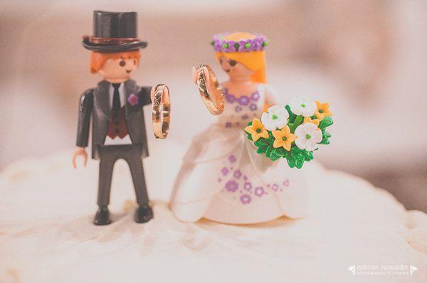 Hoy, nuestros Novios Playmobil vuelven a presidir la tarta de una boda muy especial que no os podéis perder si os gustan los detalles! Muñecos en UBOshop: http://www.unabodaoriginal.es/es/pareja-de-novios-playmobil-famobil.html Post en blog: http://www.unabodaoriginal.es/blog/y-comieron-perdices/bodas-diferentes/silvia-ruben-cocinando-sentimientos