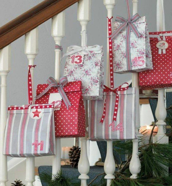 des paquets de cadeaux multicolores, suspendus à une balustrade, fabriquer un calendrier de l'avent, idée originale