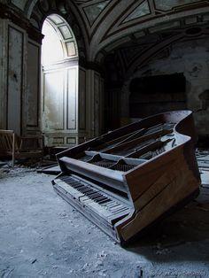 Piano, Abandonado and Pianos de meia cauda on Pinterest