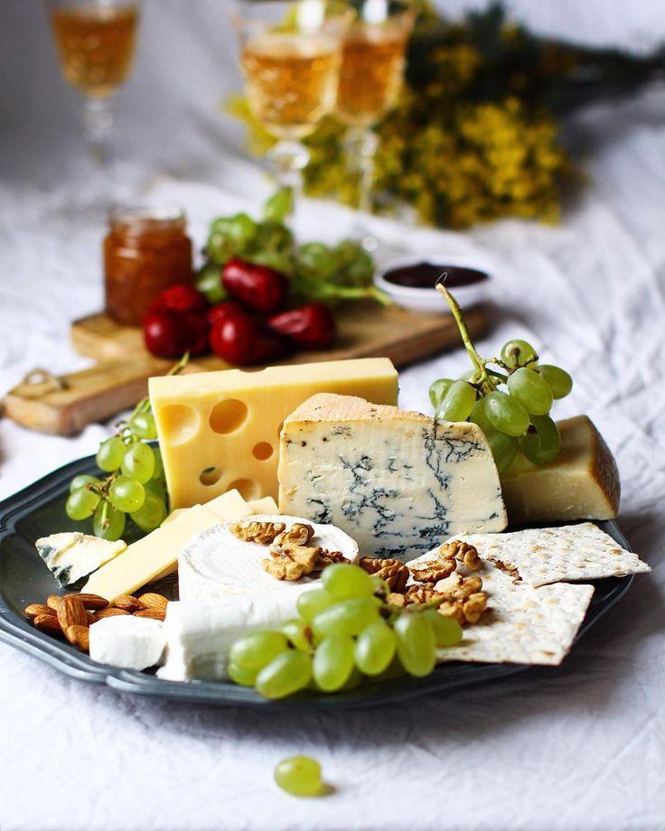 """""""Cheese plate #марафонфудфото #марафонфудфото_4этап @photofoodiemagazine судья @zpzlata спонсор @williams_oliver  А я практически запрыгиваю в уходящий…"""""""