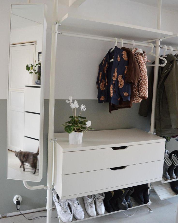 Väldigt svårt att ta en bild på hallen då den är så långsmal, men här är en del av den. Förvaringssystemet Stolmen från Ikea, räddningen för oss med mycket jackor och övriga ytterkläder men som hade för lite plats för slutna garderober. | #ikea #ikeastolmen #hall #hallförvaring #förvaring #hallway #storage #interiör #interior #inredning #sadolin