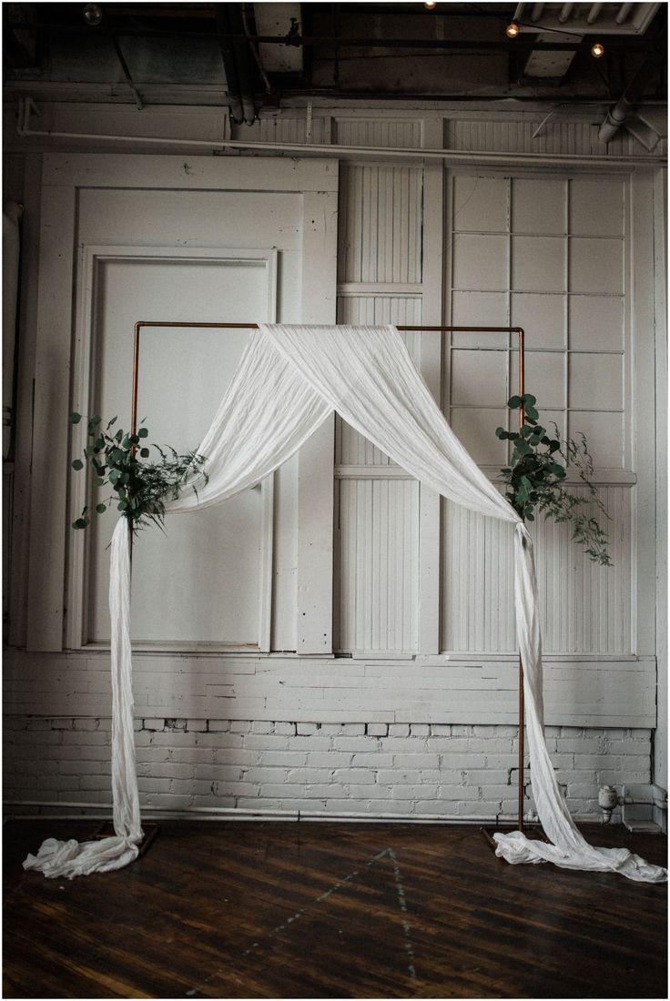Minimale Hochzeitszeremonie Dekor. Zeremonie Bogen. Intime Hochzeit bei etwas Altem