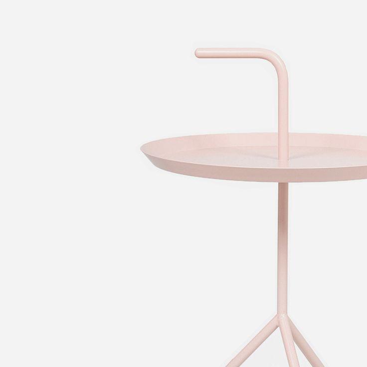 Die drei Füße des Stahlgestells geben dem Tisch festen Halt. Die ebenfalls aus Stahl gefertigte Platte liefert ausreichend Platz, um auf ihr das Nötigste abzulegen: https://sturbock.me/set/table/#55954