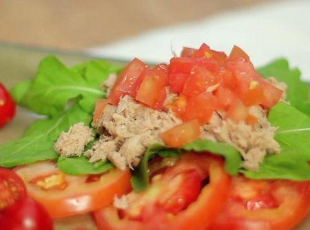 Salada de Tomate com Molho Pesto - Veja como fazer em: http://cybercook.com.br/receita-de-salada-de-tomate-com-molho-pesto-r-1-113737.html?pinterest-rec